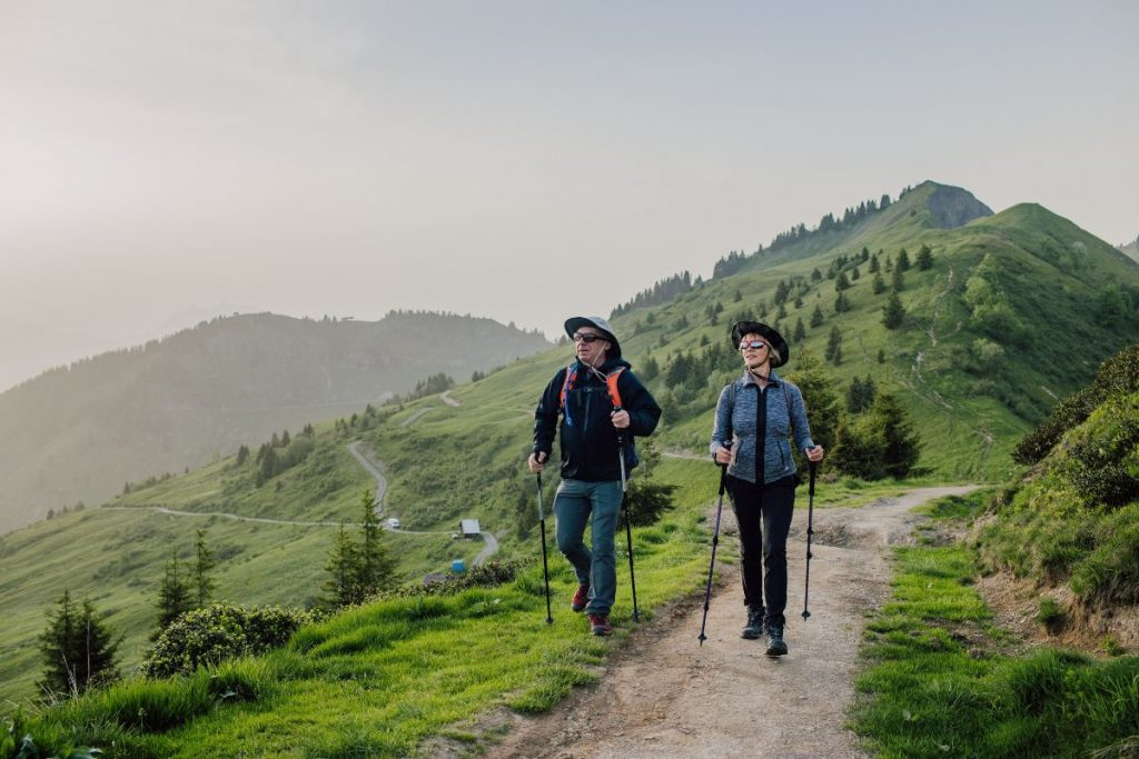2 hikers walking on the path to la bourgeoise